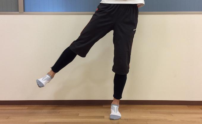 股関節を外に広げる動作 (股関節の外転)