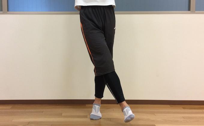 股関節を内に閉じる動作 (膝関節の内転)