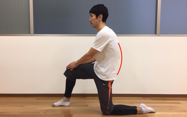 片膝立ちで骨盤の後傾