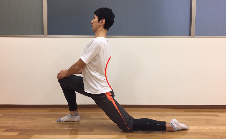 片膝立ちで骨盤の前傾