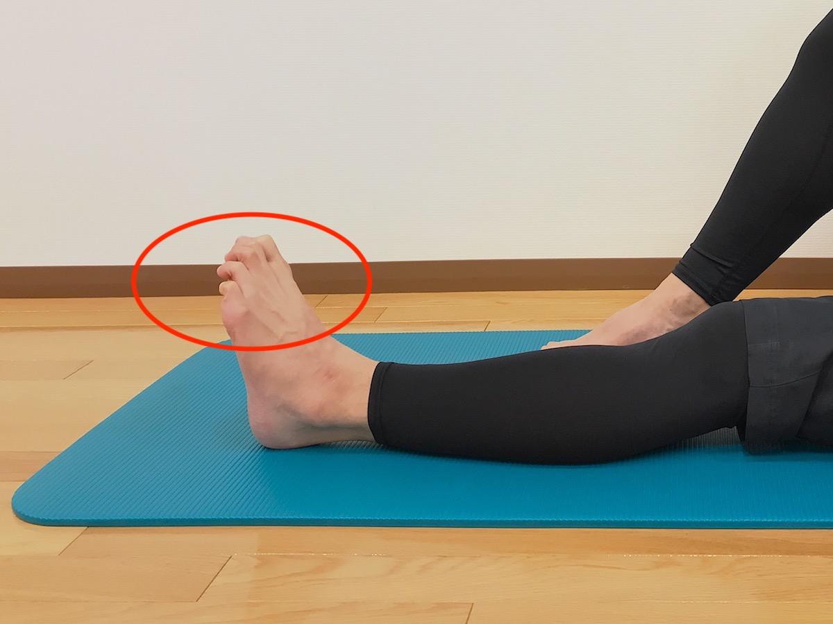 足の指を握る動作が硬い場合