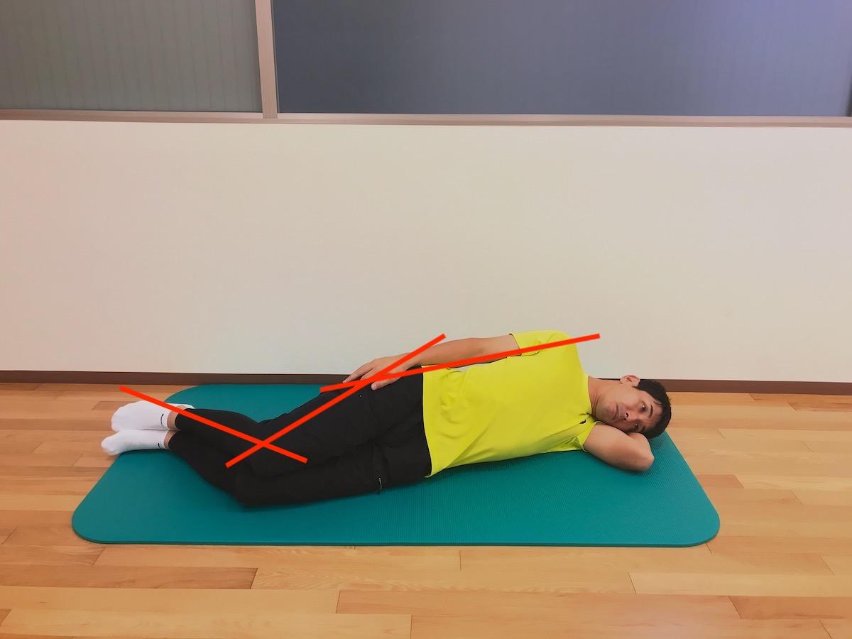 横向きにねた姿勢で行う大腿四頭筋のストレッチの方法
