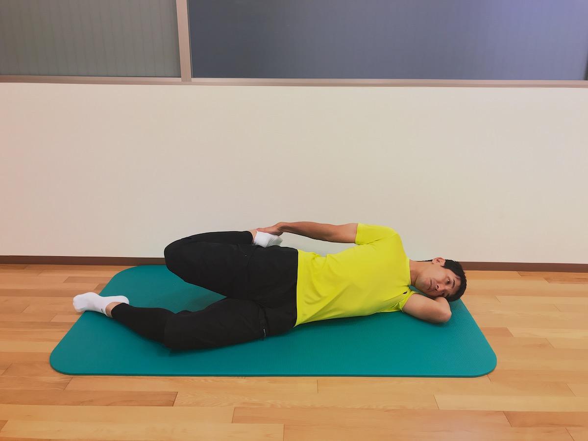 横向きに寝た姿勢で行う大腿四頭筋のストレッチ
