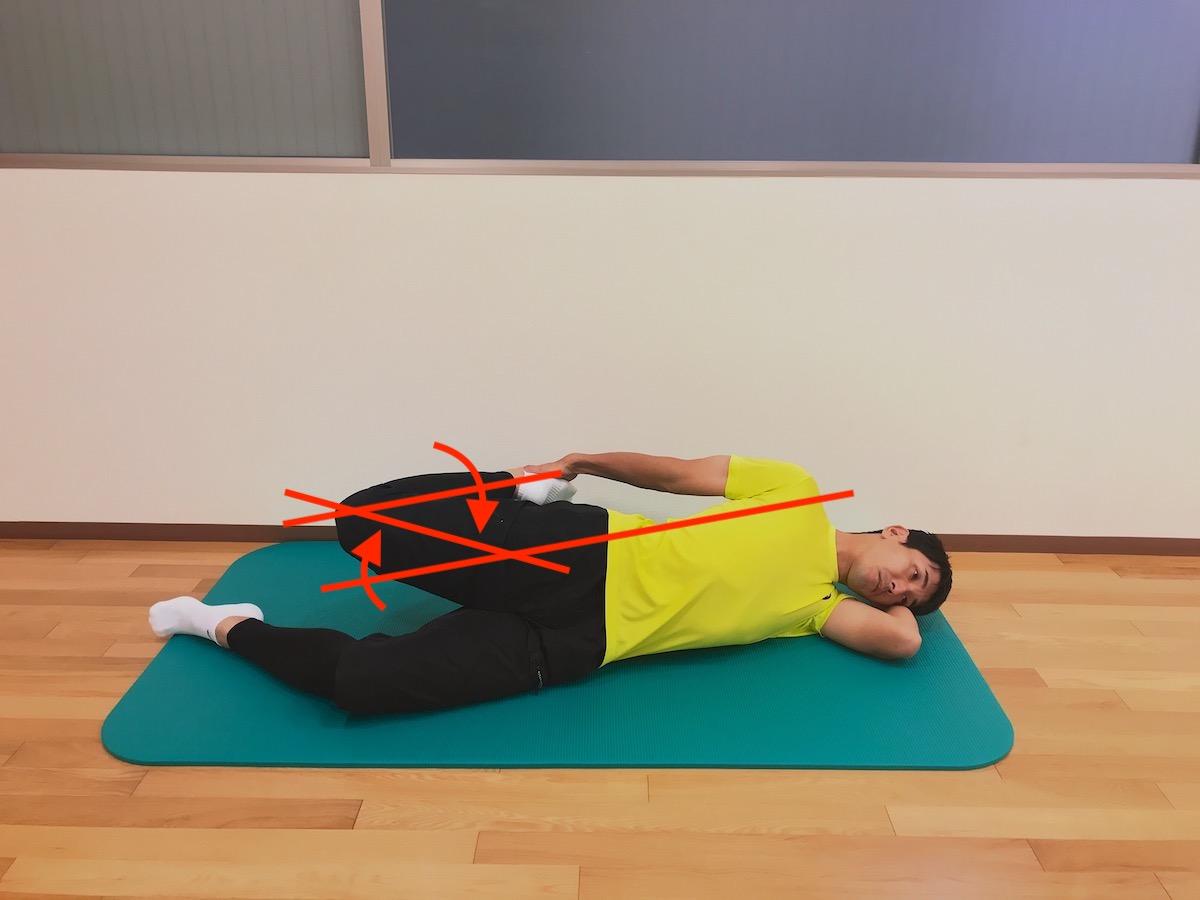 横向きに寝た姿勢で行う大腿四頭筋のストレッチの方法