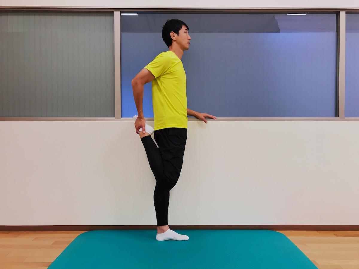 立った姿勢で行う大腿四頭筋のストレッチの方法