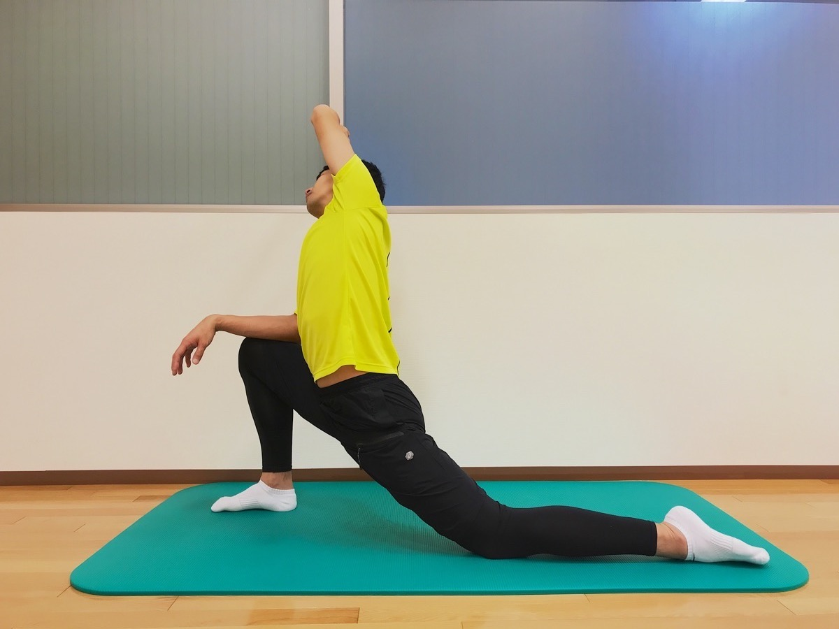 前後開脚(スピリッツ)の後ろ脚の柔軟性を高めるためのストレッチ