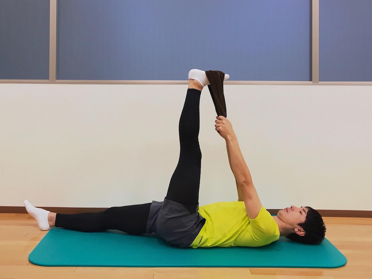 仰向けの姿勢でタオルを使って行うもも裏の筋肉(ハムストリングス)のストレッチ
