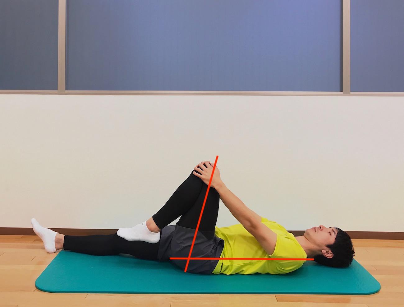 仰向けの姿勢で行うもも裏(ハムストリングス)とお尻(大殿筋)の筋肉のストレッチの方法