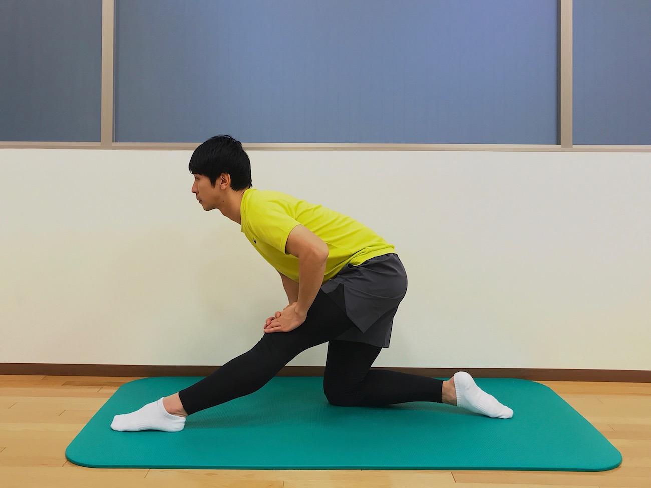 片膝立ち姿勢で行うもも裏の筋肉(ハムストリングス)のストレッチ