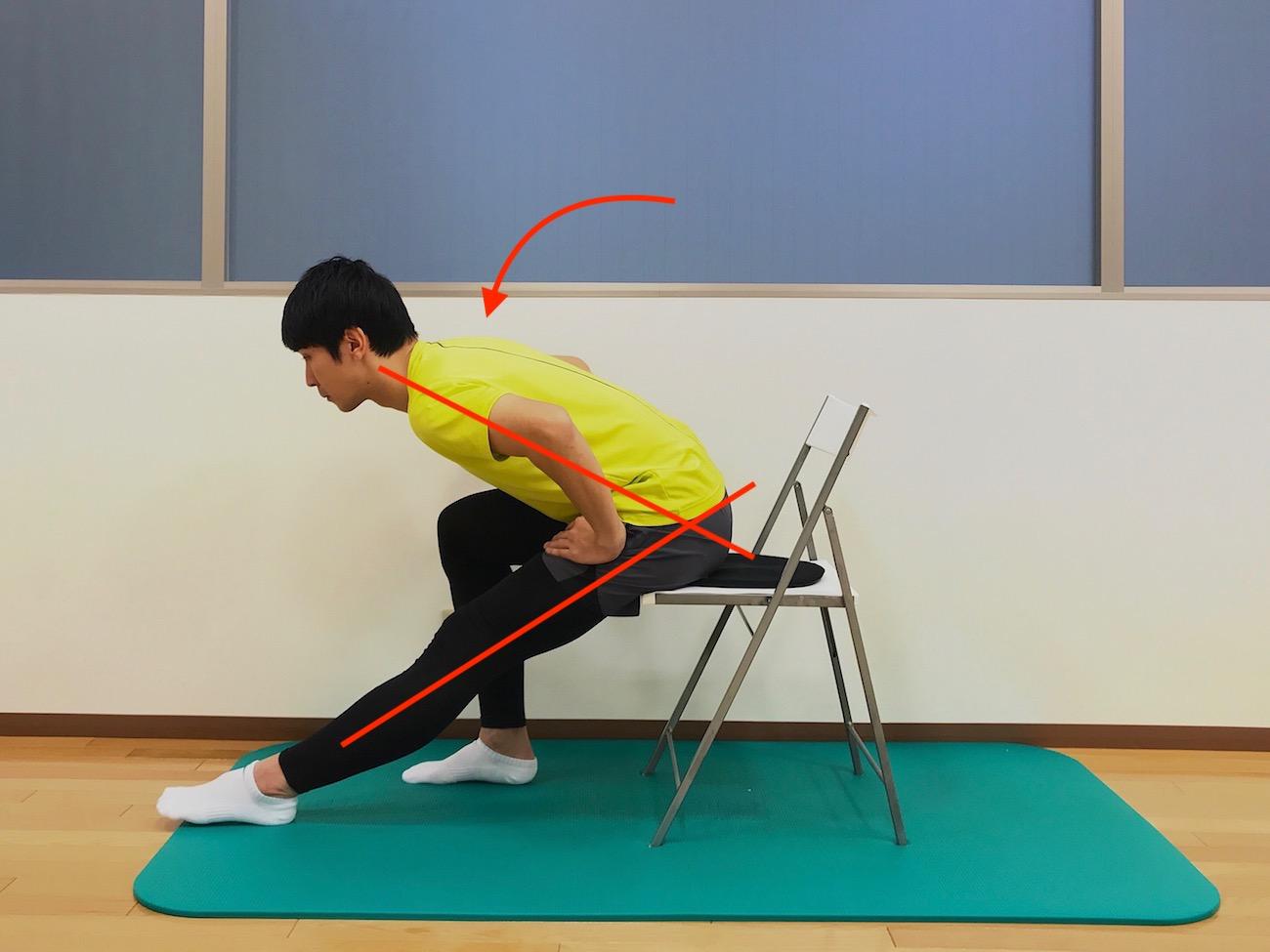 椅子に座った姿勢で行うハムストリングスのストレッチの方法
