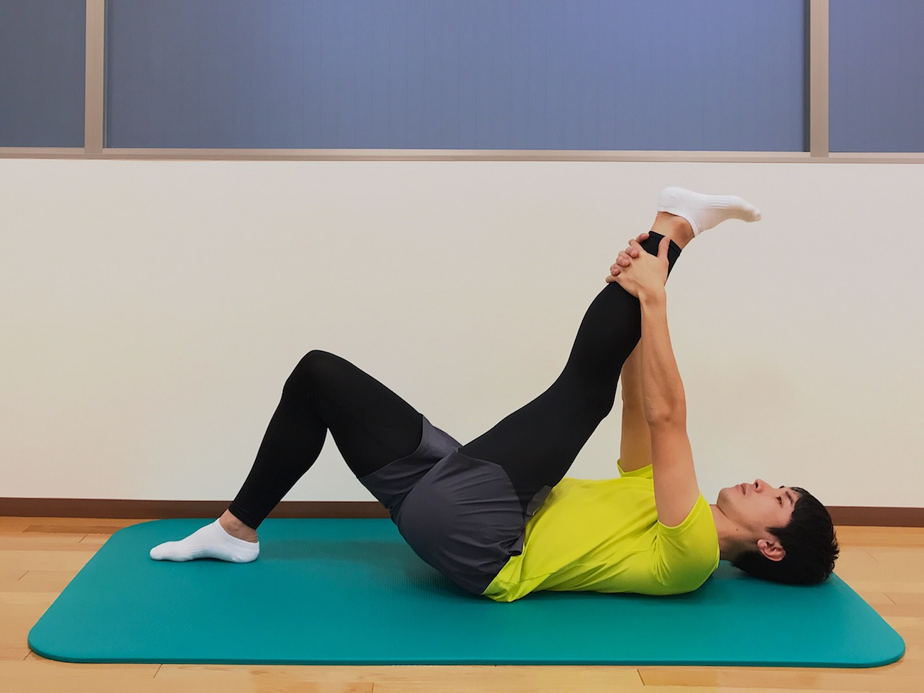仰向けの姿勢で行うもも裏の筋肉(ハムストリングス)のストレッチの方法