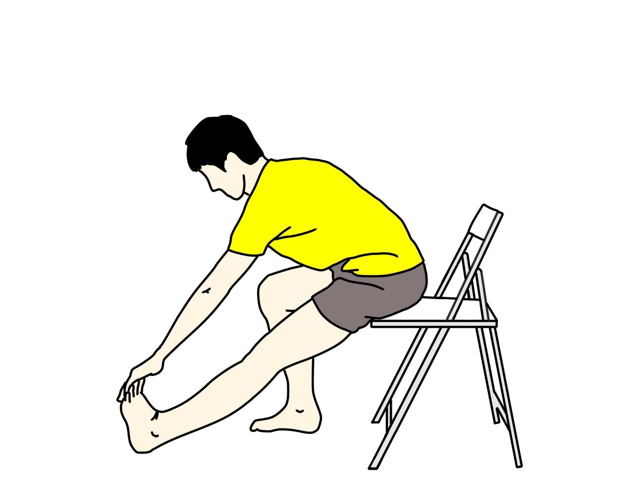 椅子に座った姿勢で行うもも裏(ハムストリングス)とふくらはぎのストレッチの方法