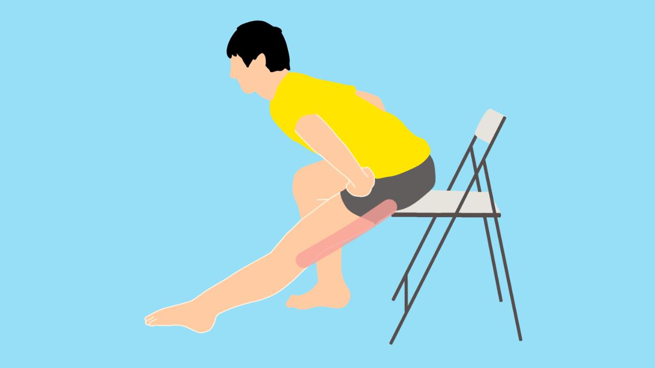 椅子に座った姿勢で行うもも裏の(ハムストリングス)のストレッチ