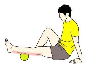 マッサージボールをふくらはぎ(下腿三頭筋)に当てる