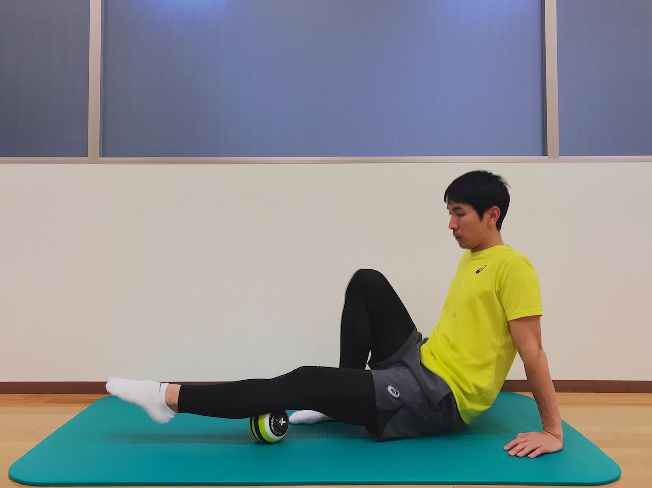 もも裏の筋肉(ハムストリングス)をマッサージボールでほぐす方法