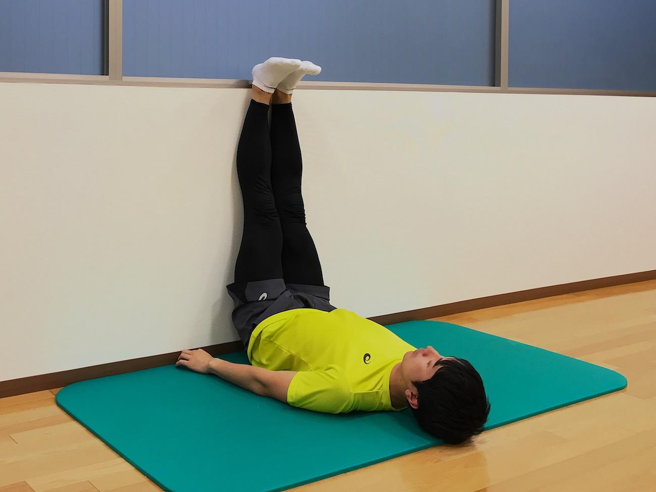 壁を使って行う内ももの筋肉(内転筋群)のストレッチの方法