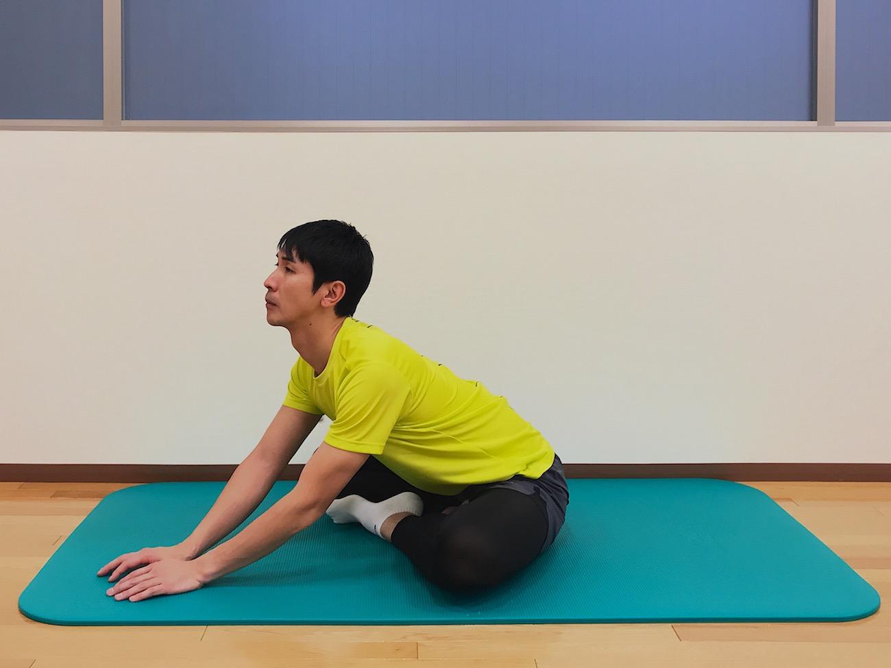 アグラ姿勢で行うお尻(大殿筋)の筋肉のストレッチの方法