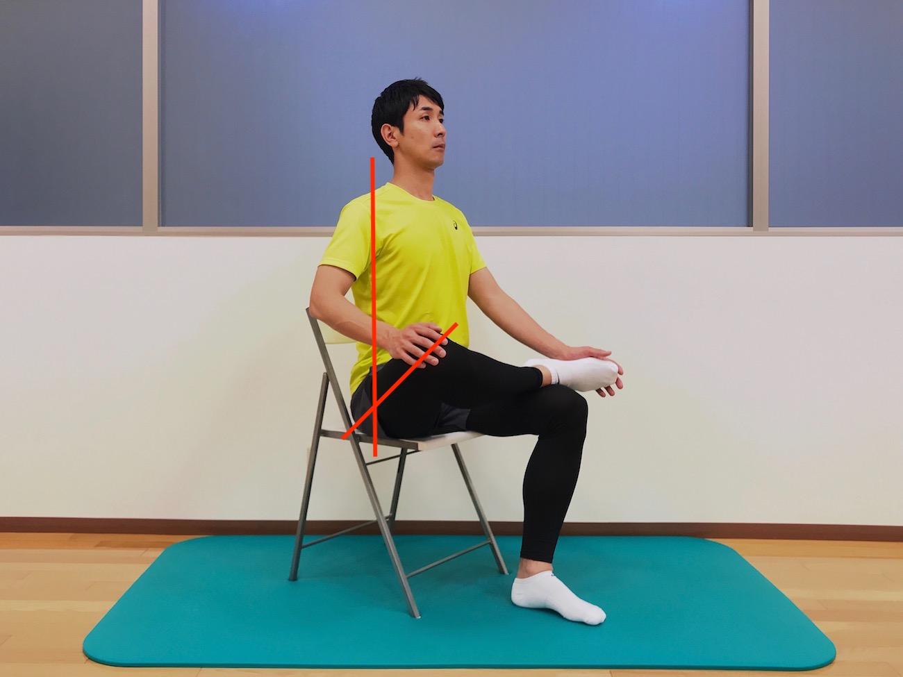 椅子に座って行うお尻(大殿筋)の筋肉のストレッチの方法