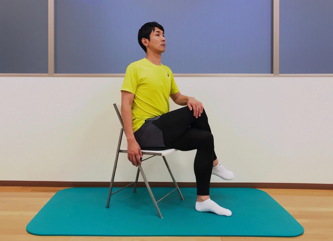 椅子に座って行う腰〜お尻(大殿筋)の筋肉のストレッチの方法