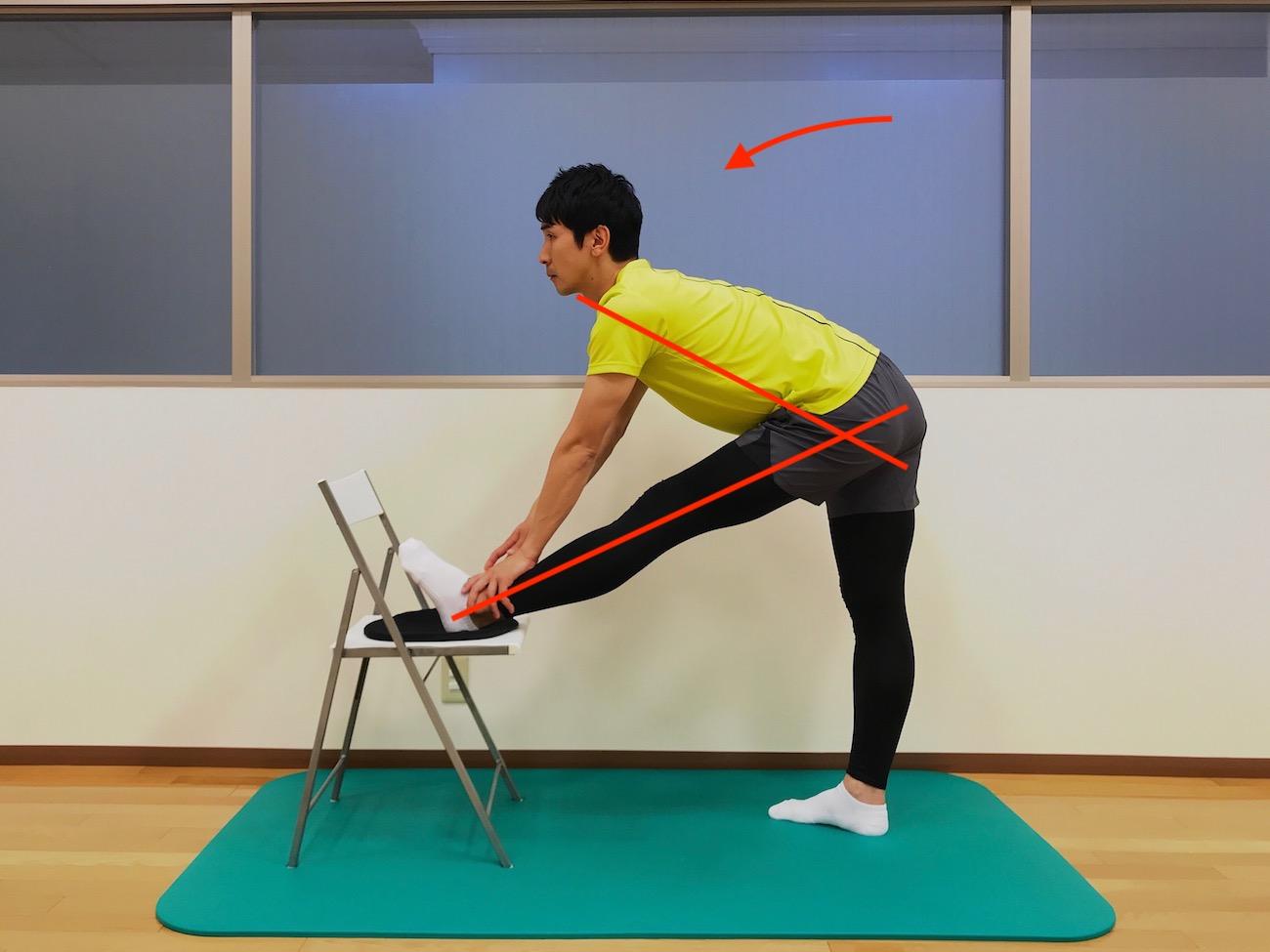 椅子に脚をかけて行うもも裏の筋肉(ハムストリングス)のストレッチの方法