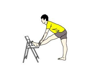 椅子に脚をかけて行うもも裏の筋肉(ハムストリングス)のストレッチ