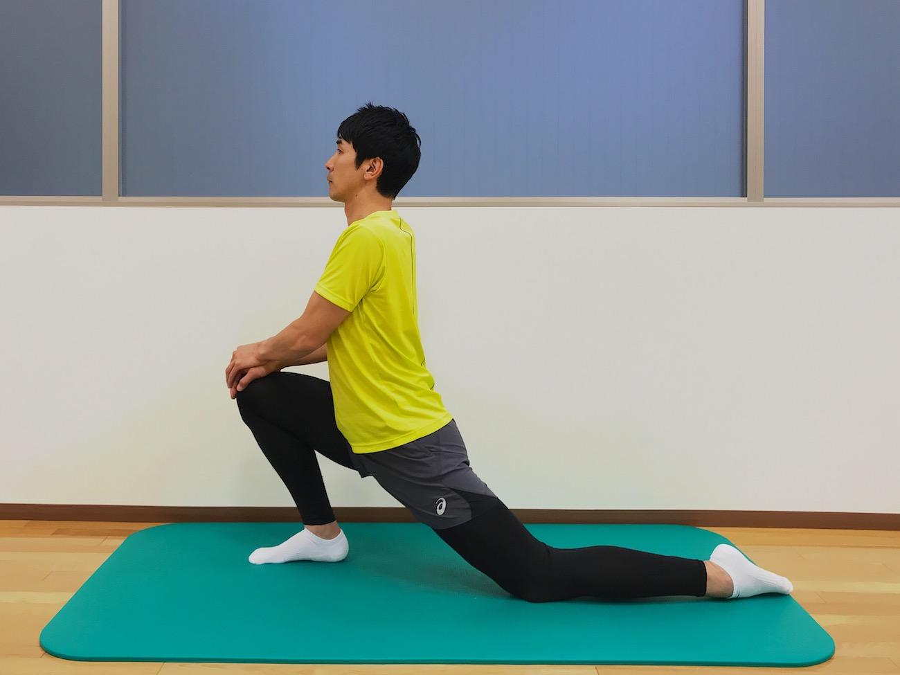 もも前〜骨盤前の筋肉(腸腰筋・大腿直筋)のストレッチの方法