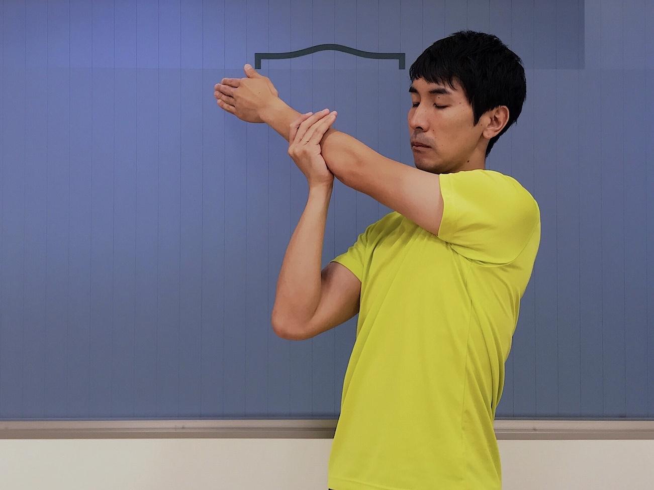 肩の筋肉(三角筋後部)のストレッチの方法