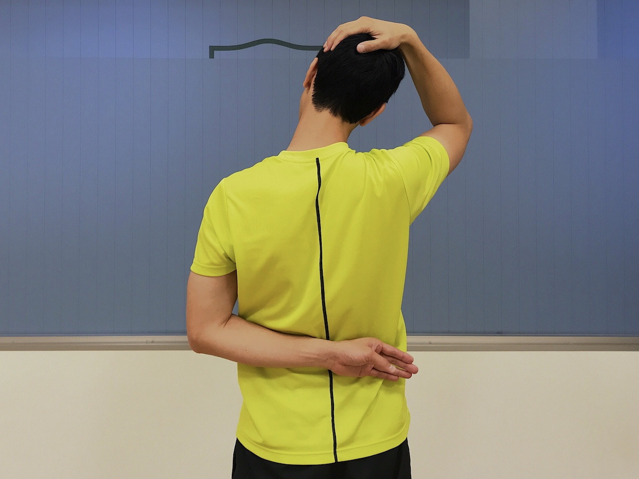 首〜肩の筋肉(僧帽筋上部)のストレッチの方法