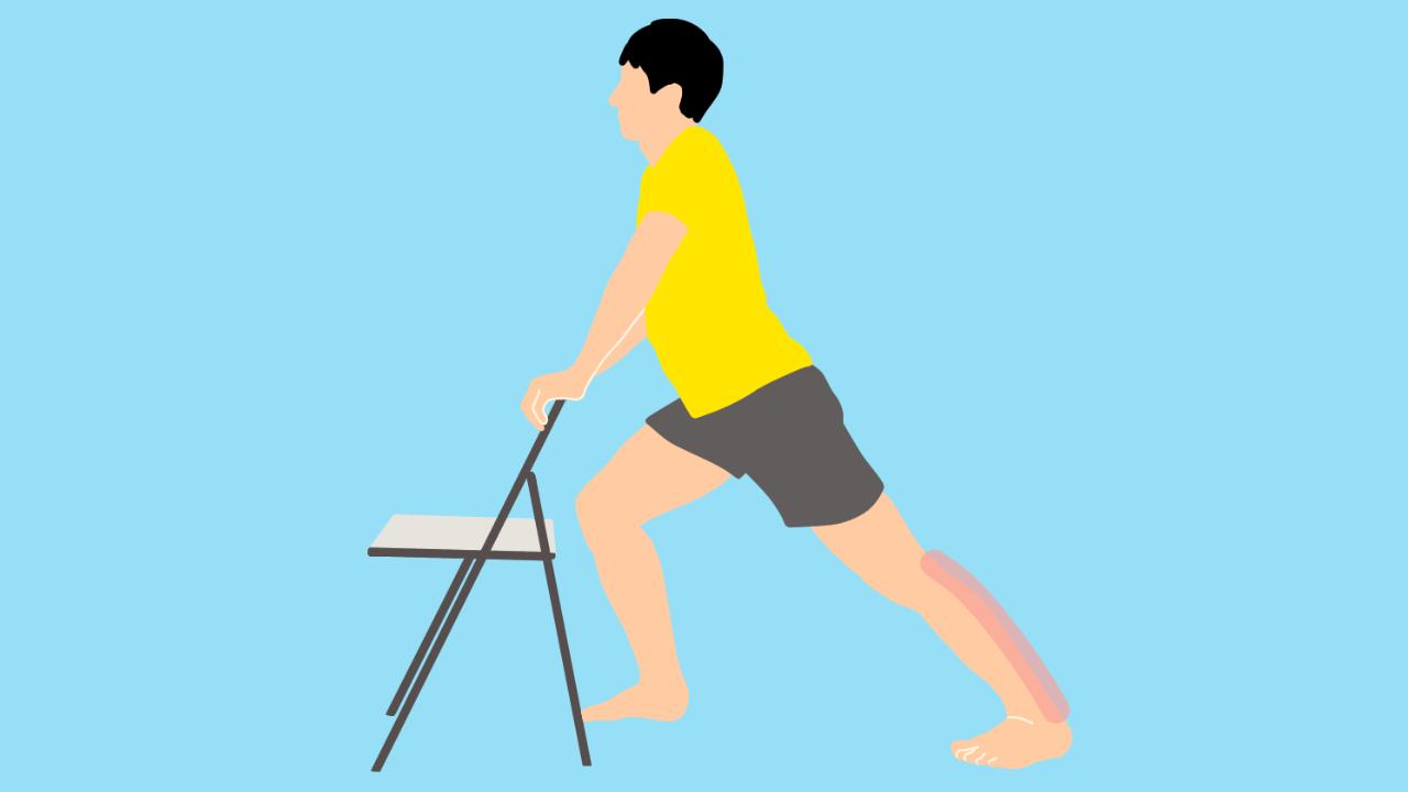 椅子につかまって行うふくらはぎ(下腿三頭筋)のストレッチの方法
