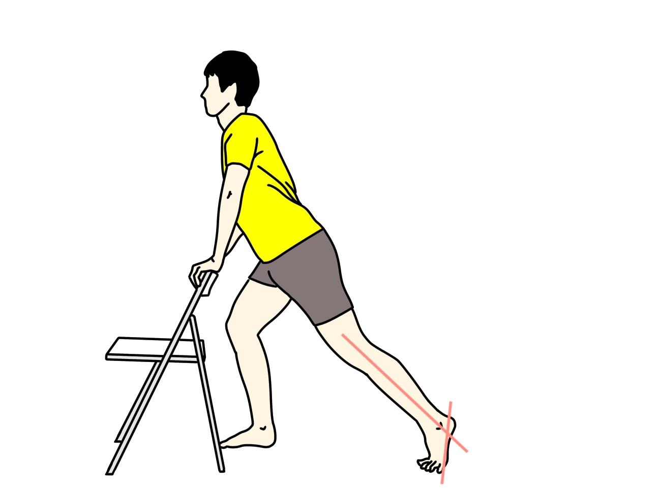 椅子につかまって行うふくらはぎの筋肉(下腿三頭筋)のストレッチの方法1