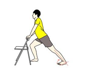 椅子につかまって行うふくらはぎの筋肉(下腿三頭筋)のストレッチの方法2