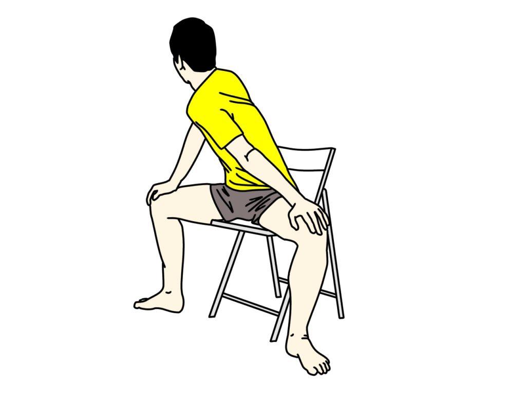 椅子に座った姿勢で行う内もも(内転筋群)のストレッチの方法2