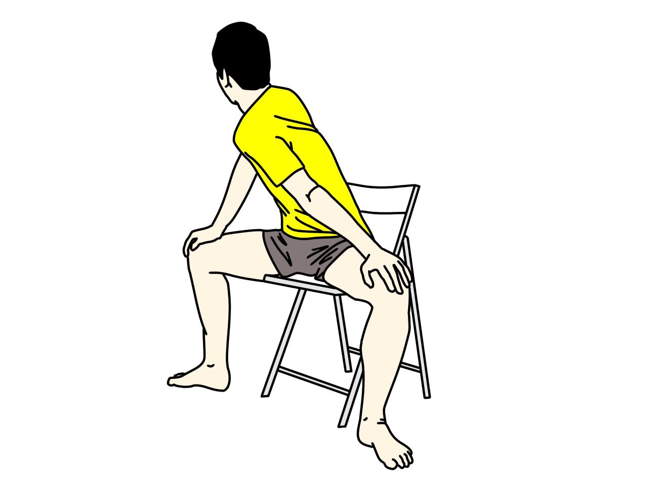 椅子に座った姿勢で行う内ももの筋肉(内転筋群)のストレッチの方法2