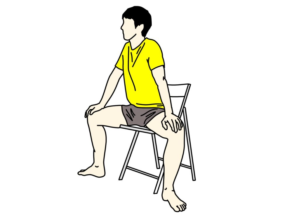 椅子に座った姿勢で行う内もも(内転筋群)のストレッチの方法1
