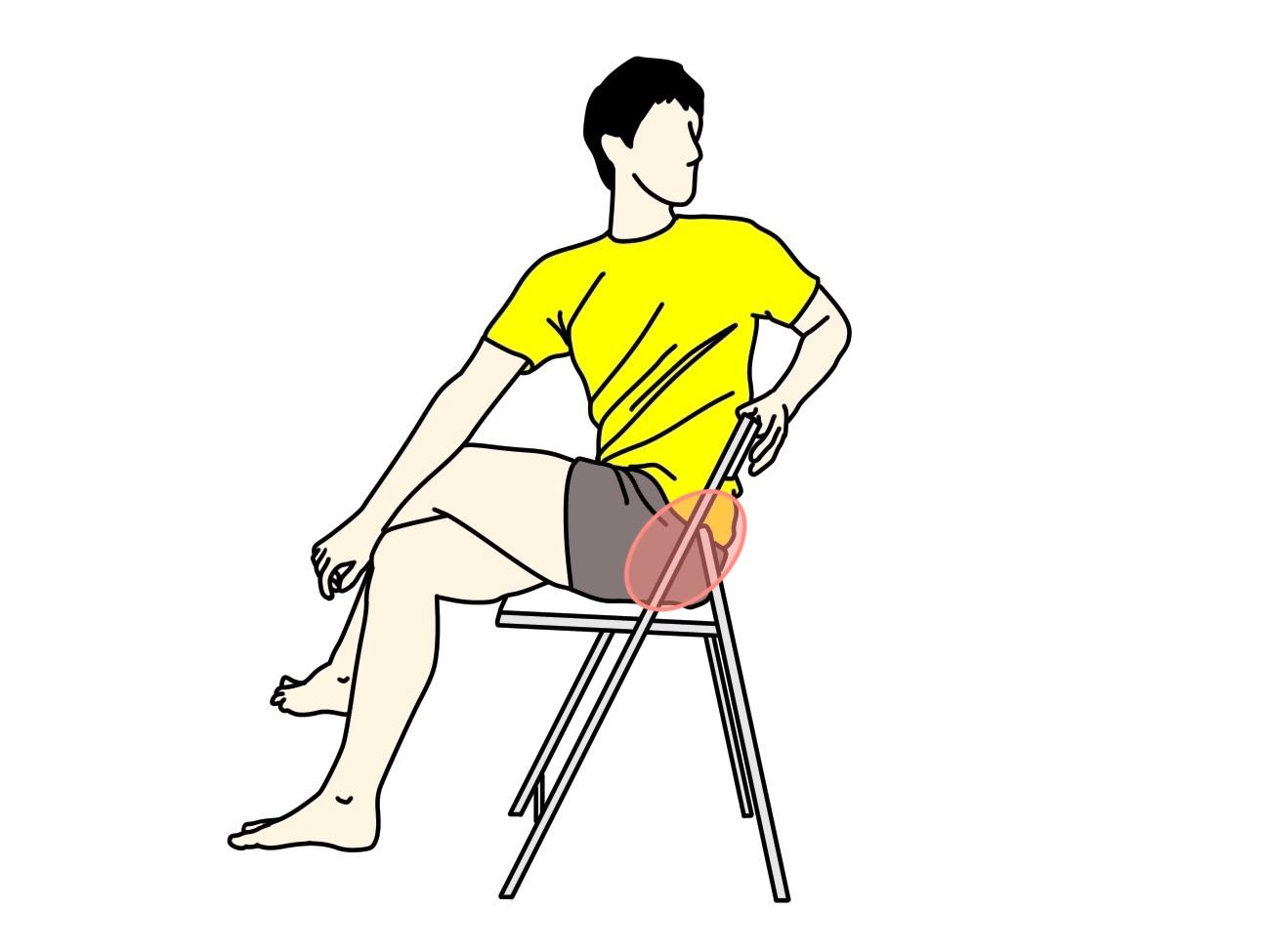 椅子に座った姿勢で行うお尻〜腰の筋肉のストレッチの方法3