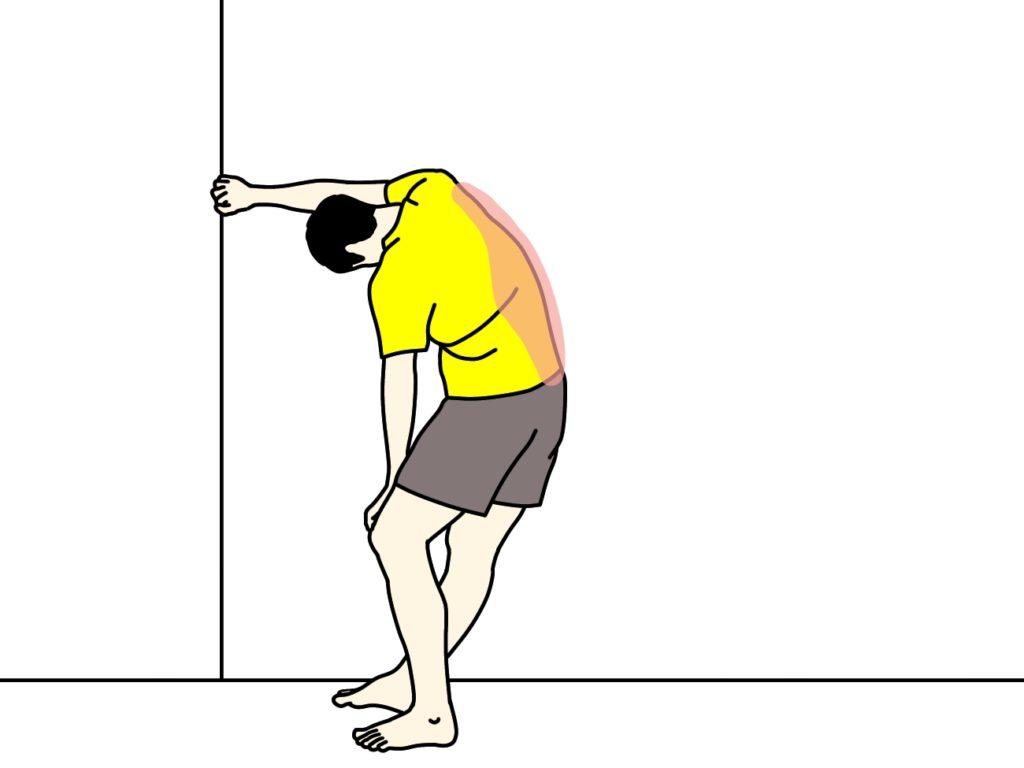 壁の角を使って行う背中のストレッチ