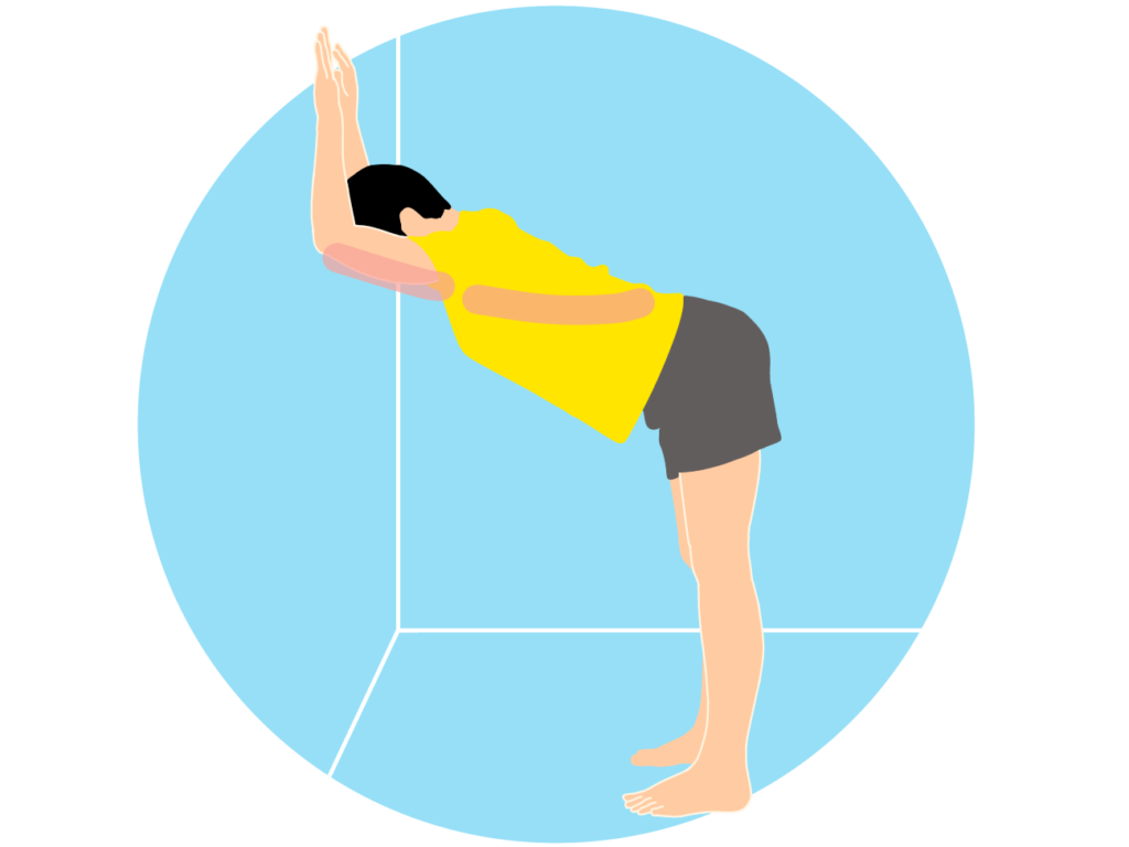 壁を使って行う二の腕と背中のストレッチ