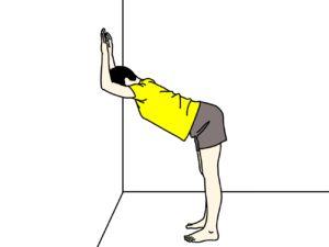 壁を使って行う二の腕と背中とお腹のストレッチ
